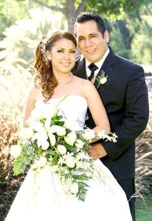 Sr. Cris Anwar del Toro Martínez y Srita. Jéssica Yazmín Vázquez Valenzuela unieron sus vidas en Sagrado Matrimonio el sábado 26 de septiembre de 2008.  <p> <i>Alfredo Martínez Fotografía</i>