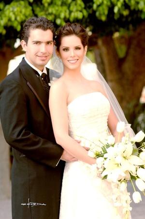 Sr. Andrés González-Treviño Herrer y Srita. Laura Elena Gajón Argüello recibieron la bendición nupcial en la parroquia Los Ángeles, el sábado 27 de septiembre de 2008.  <p> <i>Estudio Carlos Maqueda</i>