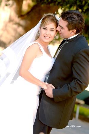 Sr. Ricardo Valdepeñas Soria y Srita. Lynann Gilbert Arguijo contrajeron nupcias en la parroquia de San Pedro Apóstol el viernes 17 de octubre de 2008.  <p> <i>Estudio Carlos Maqueda</i>