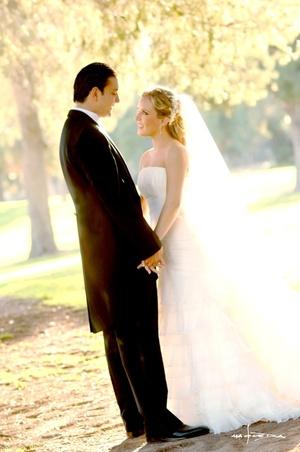 Sr. José Ramón Sánchez Regules  y Srita. Marianna de la Garza Tueme contrajeron matrimonio en la parroquia Los Ángeles el sábado 18 de octubre de 2008. <p> <i>Estudio Carlos Maqueda</i>