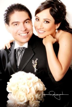Sr. Jesús Alonso Guerrero Rodríguez y Srita. Maribel Martínez López y  contrajeron matrimonio en la parroquia Los Ángeles el sábado 11 de octubre de 2008.  <p> <i>Estudio Laura Grageda</i>