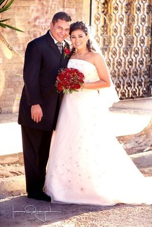 Sr. Édgar Jesús Castro Fernández y Srita. María Guadalupe Holguín Hernández contrajeron matrimonio en la parroquia Los Ángeles, el sábado 20 de septiembre de 2008.  <p> <i>Estudio Laura Grageda</i>