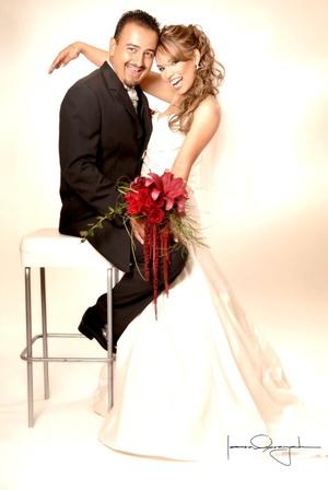 Sr. Salvador Ríos Rosales y Srita. Miriam Angélica Williams Ibarra contrajeron matrimonio en la Primera Iglesia Bautista de Torreón el sábado 13 de septiembre de 2008.  <p> <i>Estudio Laura Grageda</i>