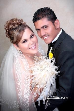 Sr. Adán Mijares Villalobos y Srita. Nancy Roxana Escobedo Escobar unieron sus vidas en la parroquia de Nuestra Señora del Refugio el viernes 29 de agosto de 2008.  <p> <i>Studio Sosa</i>