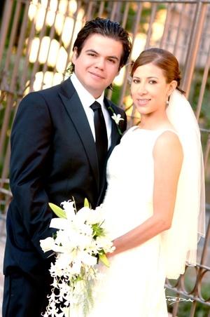 Sr. Homero Wong Lozano y Srita. Susana Hernández Maldonado contrajeron matrimonio en la parroquia de San Pedro Apóstol el sábado 20 de septiembre de 2008. <p> <i>Estudio Carlos Maqueda</i>