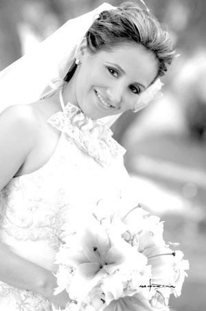 Srita. Yasmín Berenice Quezada Regalado, el día de su boda con el Sr. Jaime Sánchez Ramírez.  <p> <i>Estudio Carlos Maqueda</i>