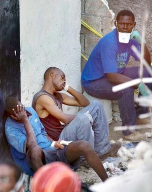 Miles de haitianos que hacen trabajos serviles viven en tugurios en las colinas en torno de la capital, Puerto Príncipe, para estar cerca de las mansiones de los diplomáticos extranjeros, el personal de las Naciones Unidas y la elite para quienes trabajan.