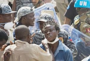 Cuadrillas de rescate haitianas lograron encontrar a cuatro estudiantes vivos y los llevaron corriendo en brazos hasta las ambulancias.
