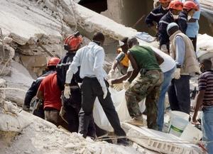 Un equipo de búsqueda estadounidense pasó  buscando supervivientes tras el derrumbe de la escuela de tres pisos.