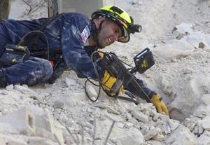 Rescatistas insertaron cámaras digitales atadas a bastones entre los escombros de la escuela derrumbada en Haití, en busca de sobrevivientes de un accidente que mató a 102 personas.