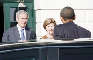 Los Obama llegaron a la residencia oficial en una limusina negra.