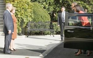 El presidente Bush y la primera dama Laura Bush esperaron a los Obama en la puerta sur de la Casa Blanca, bajo un día soleado de otoño.