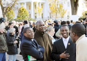Decenas de personas se dieron cita a las afueras de la Casa Blanca, para ser testigos del encuentro histórico entre Bush y Obama.