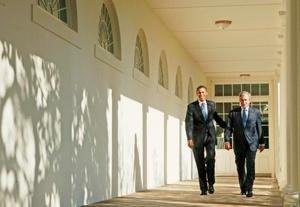 Bush y Obama fueron vistos caminando por el exterior de la Casa Blanca hacia la Oficina Oval.