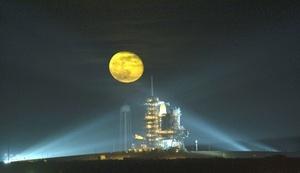 El transbordador Endeavour partió  en una misión de 15 días a la Estación Espacial Internacional (EEI), con el objetivo central de preparar el complejo en órbita terrestre.