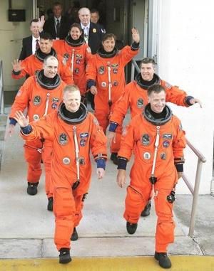 El equipo de la misión STS-126 del transbordador espacial Endeavour salen del edificio de Operaciones y Revisión, durante una caminata en el Centro Espacial Kennedy, en Cabo Cañaveral, Florida (EU).