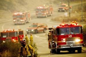 En Santa Bárbara, las llamas afectan a una lujosa área residencial donde tienen casas famosos como Michael Douglas y Oprah Winfrey y han arrasado ya más de un centenar de viviendas.
