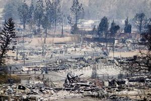 Miles de personas han tenido que evacuar sus casas en el Norte de Los Ángeles y en Santa Bárbara ante la amenaza de un incendio que ya ha destruido más de cien residencias y amenaza cientos de estructuras.