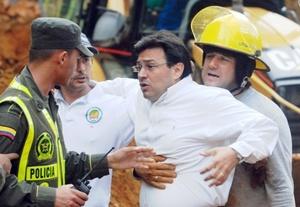 Los familiares de las víctimas estaban desesperados por acceder a la zona de desastre.