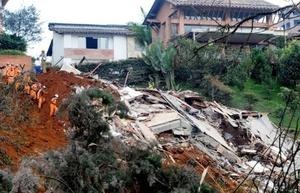 El director del Sistema Municipal de Prevención y Atención de Desastres (SIMPAD) de Medellín, Camilo Zapata, dijo telefónicamente que el domingo recuperaron tres cadáveres, el de dos menores de edad y un hombre adulto, y otros cinco cuerpos en la madrugada del lunes.