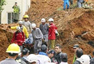 Cuadrillas de rescate recuperaron once cadáveres debajo de toneladas de tierra y piedras.