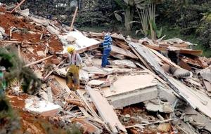 Maquinaria pesada removió los escombros para ubicar a las víctimas.