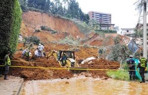 El alud de tierra y barro sepultó 14 casas.
