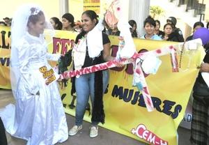 En Honduras, el Centro de Derechos de Mujeres (CDM) aseguró que entre 2002 y 2008 unas 1.100 féminas han sido asesinadas, por lo que solicitó a la Corte Suprema de Justicia la creación inmediata de juzgados especializados en violencia doméstica.