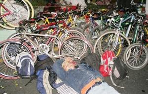 La mayoría de los feligreses somnolientos y recostados, trataban de descansar luego de largos recorridos a pie, en bicicleta o en camiones