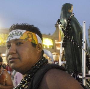 Cansancio, hambre, frío e incluso accidentes padecen los cientos de miles de peregrinos que año con año visitan la Basílica de Guadalupe.