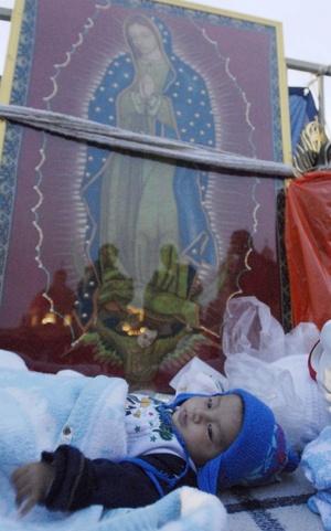 Pero la veneración a la Guadalupana es cosa de todo el año, pues en casi todas las esquinas de los barrios populares de  México se puede encontrar un altar a esta virgen morena, Patrona del país desde el siglo XVIII.