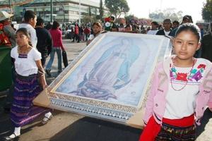 La peregrinación a la Basílica de la Guadalupe es una de las más grandes e importantes del culto católico, y en el atrio del templo, localizado al pie del cerro del Tepeyac, no faltan como cada año bailes, música y mucha devoción.