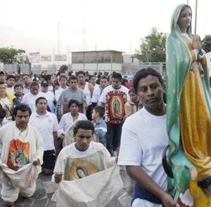 Llegaron al santuario miles de peregrinos para solicitar, agradecer o simplemente rendir homenaje a la morenita del Tepeyac en su día.