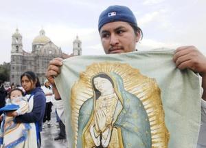 La imagen de la Virgen de Guadalupe abunda en las calles y hogares de México, habiéndose convertido en un símbolo de identidad del país más allá de la religión, como confirman los propios mexicanos, que dicen ser más guadalupanos que católicos.