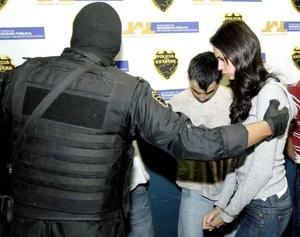 En medio de un fuerte dispositivo de seguridad de elementos del Ejército mexicano trasladaron a  ocho personas, entre ellas Laura Zúñiga Huizar, la reina de belleza en Sinaloa, a la oficina de la Subprocuraduría Especializada en Delincuencia Organizada (SIEDO) de la Ciudad de México.