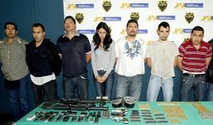 La ganadora del certamen Nuestra Belleza Sinaloa 2008, Laura Elena Zúñiga Huizar, de 23 años, y siete hombres más fueron arrestados con armas y miles de dólares en efectivo en Guadalajara.