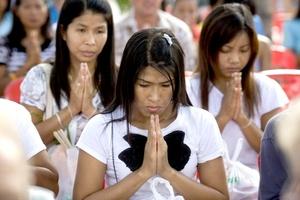 En la India, feligreses de diversos credos rezaron y sostuvieron un momento de silencio.