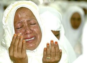 Siti Hasnaini, que tiene 40 años y todavía vive con sus dos hijos y su marido en un albergue, oró: por mi hija que fue arrastrada por el mar cuando estaba en mi casa.