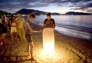 Varias playas, desde Indonesia a la India, fueron el centro de las ceremonias, en que los presentes elevaron plegarias, prendieron candelas y compartieron alimentos en memoria de los 230 mil muertos del tsunami.