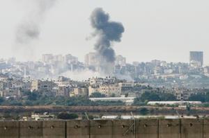 Residentes de Gaza dijeron que la aviación israelí destruyó un camión de combustible en el sur, causando un incendio que afectó a una decena de viviendas cercanas.