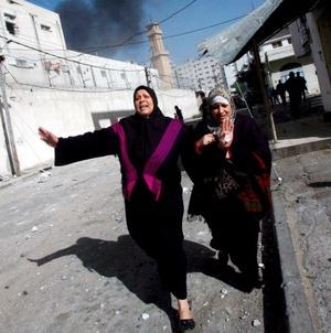 El ataque israelí, sin precedentes, desató protestas y reacciones por todo el mundo árabe e incluso muchos aliados occidentales de Israel pidieron moderación.