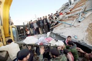Testigos dijeron que los aviones israelíes lanzaron tres bombas sobre el complejo de Seraya, en el centro de Gaza.