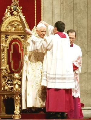 Un coro cantó durante el servicio religioso, al que asistieron cardenales, otros clérigos, peregrinos y turistas.