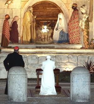 Benedicto XVI describió esta época como marcada por la incertidumbre y la preocupación en torno al futuro, pero pidió a los fieles que no tengan miedo.