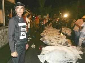 Los cuerpos, colocados en bolsas blancas, fueron dispuestos en filas en el estacionamiento frontal del establecimiento.