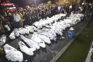 Al menos 54 juerguistas que celebraban el Año Nuevo murieron al incendiarse un club nocturno en la capital tailandesa, informó la policía que acudió al lugar.