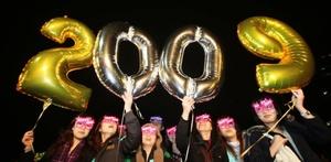Un grupo de jóvenes celebra en Hong Kong la llegada del nuevo año.