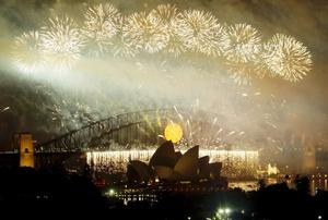 Los famosos fuegos artificiales de Sydney, una de las primeras ciudades del mundo en darle la bienvenida al Año Nuevo, iluminaron los edificios emblemáticos de la ciudad, como la famosa casa de la Ópera y el Puente Metálico.