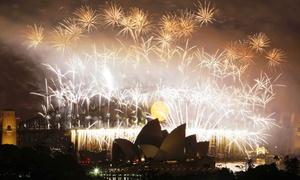 Los australianos festejaron el 2009 con el famoso espectáculo pirotécnico de Sídney, la llegada del Año Nuevo y el final de un 2008 marcado por una crisis financiera que se extendió por todo el mundo.