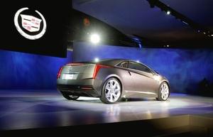 El Presidente de Vicio de General Motors Roberto Lutz introduce el Cadillac Converj el concepto en el Espectáculo norteamericano Internacional Automático en Detroit.